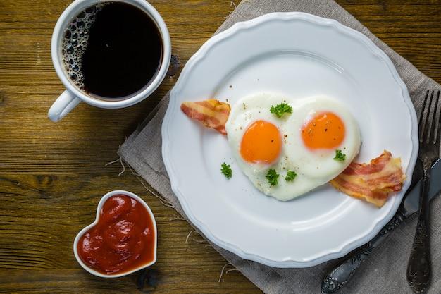 Valentijnsdag ontbijt - eieren, spek, ketchup