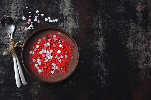 Valentijnsdag ontbijtkom. romantisch ontbijt voor valentijnsdag. chocoladeyoghurt en zoete decoratieharten.