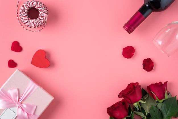 Valentijnsdag ontwerp concept achtergrond met roze bloem en geschenkdoos op roze achtergrond