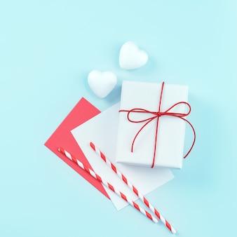 Valentijnsdag ontwerpconcept - rood, wit verpakt geschenkdoos geïsoleerd op lichtblauwe kleur achtergrond