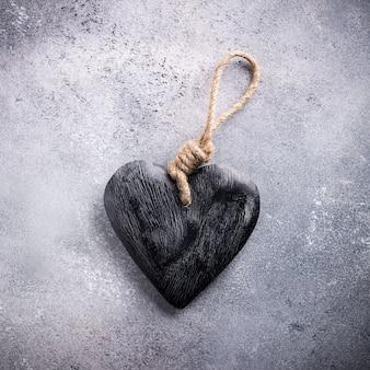 Valentijnsdag oppervlak met decoratief houten hart op betonnen steen met kopie ruimte voor tekst. valentijnsdag concept. uitzicht van boven