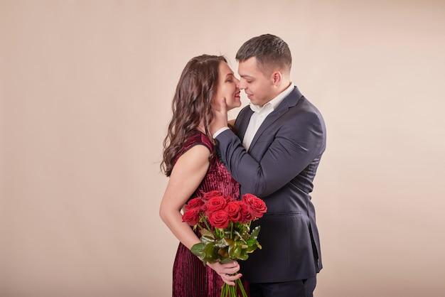 Valentijnsdag paar met rozen