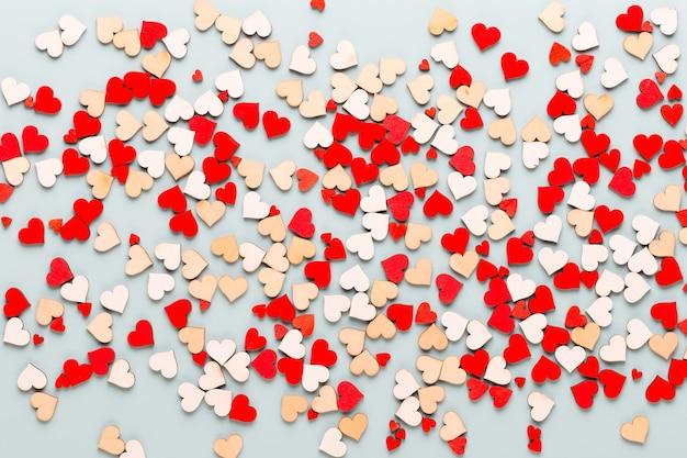 Valentijnsdag pastel harten op blauw wenskaart.