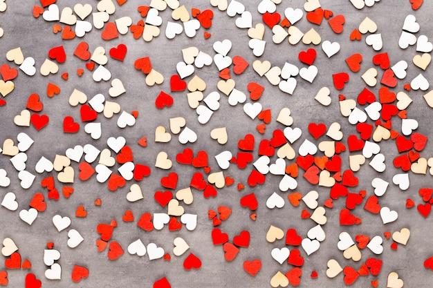 Valentijnsdag pastel harten op de grijze wenskaart.