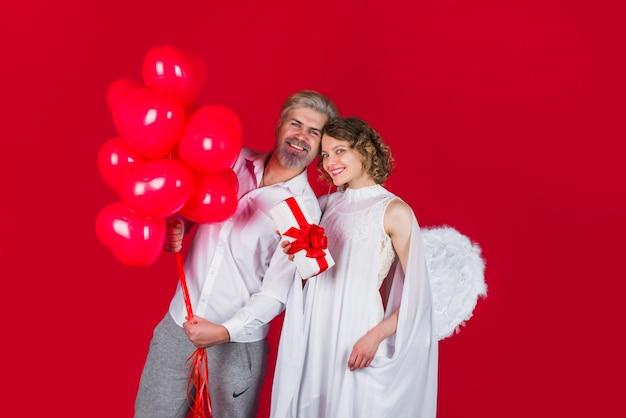 Valentijnsdag reclame valentijnsdag cupido engel met cadeau en ballonnen cupido in valentijnsdag