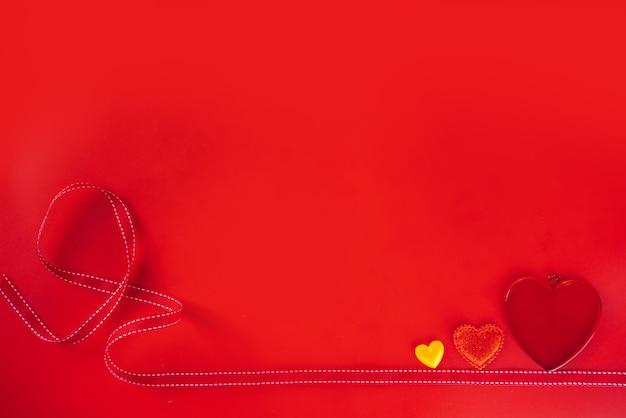 Valentijnsdag rode achtergrond met hartjes flatlay bovenaanzicht kopie ruimte