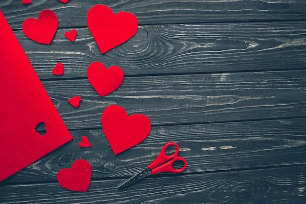Valentijnsdag, rode harten op houten achtergrond