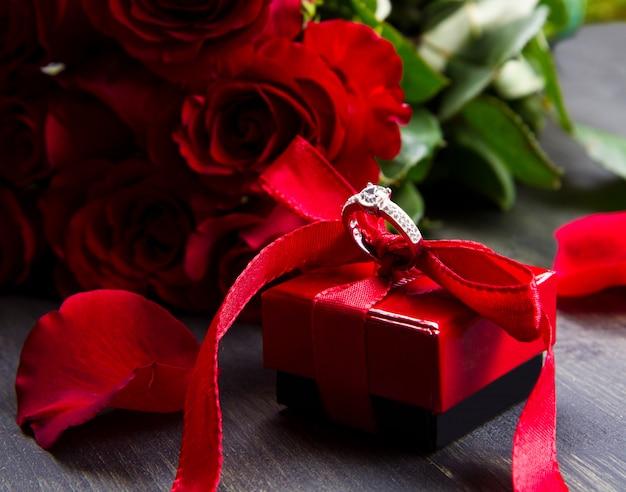 Valentijnsdag rode rozen en geschenk doos op een houten achtergrond