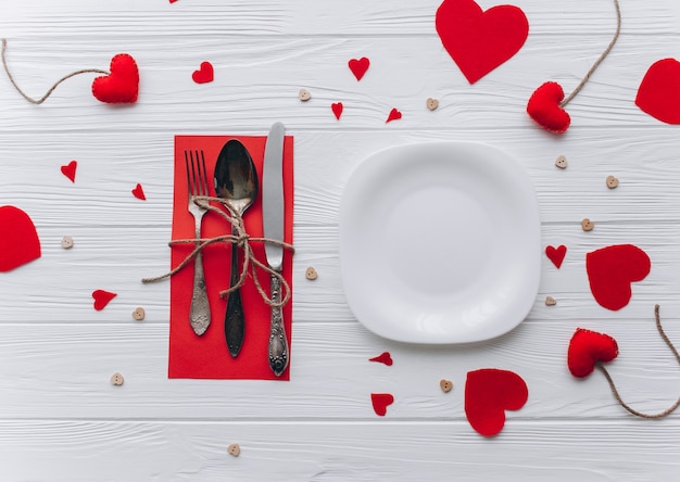 Valentijnsdag, romantisch diner op houten achtergrond