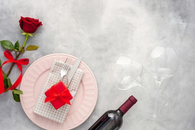 Valentijnsdag romantisch diner. wijn, glazen en bloemen