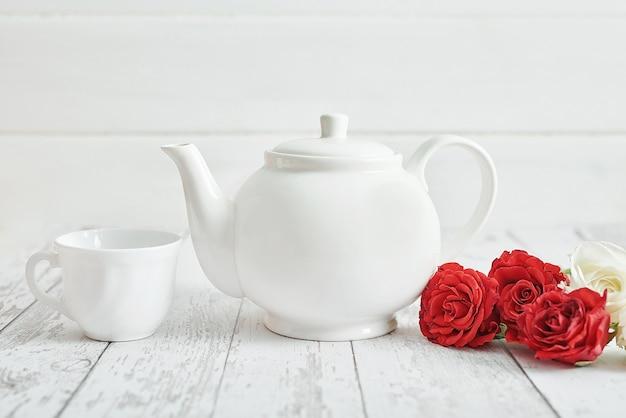 Valentijnsdag romantisch ontbijt met rode rozen en theepot. happy valentine's day wenskaart.