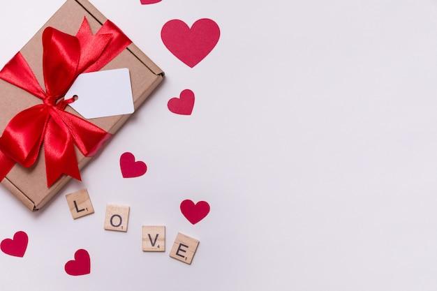 Valentijnsdag romantische naadloze witte achtergrond, geschenk tag boog, heden, liefde, harten
