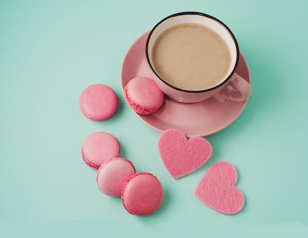 Valentijnsdag. roze bitterkoekjes en harten
