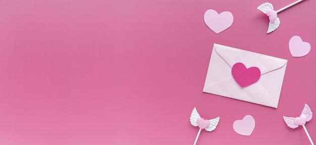 Valentijnsdag. roze harten, envelop op paarse achtergrond