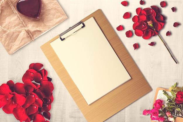 Valentijnsdag samenstelling met klembord, heden en kaarsen
