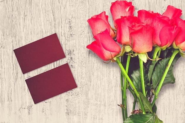 Valentijnsdag samenstelling met roze bloemen en wenskaarten