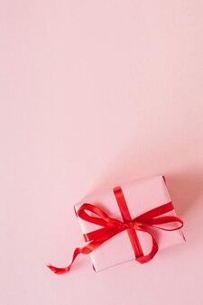 Valentijnsdag samenstelling met roze geschenkdoos op roze oppervlak