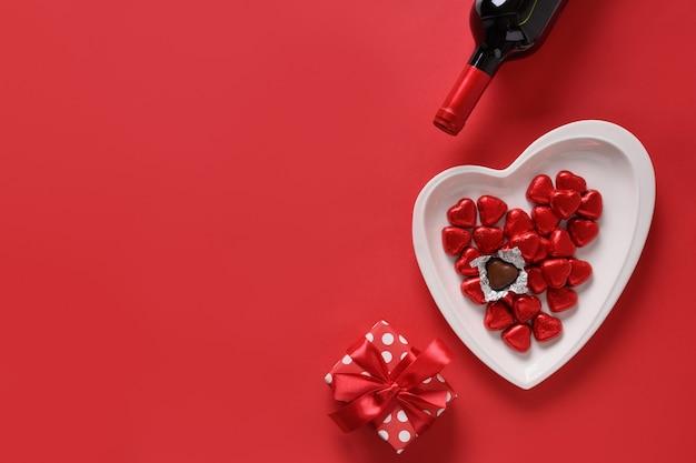 Valentijnsdag samenstelling van geschenk, rode wijn, chocoladesnoepjes