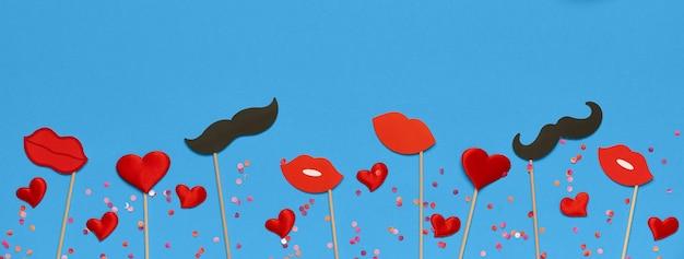 Valentijnsdag sjabloon voor spandoek met rode lippen, valentijn cadeau, decor op blauwe achtergrond met kopie ruimte. bovenaanzicht, plat gelegd