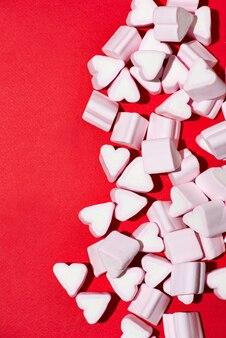 Valentijnsdag snoep harten marshmallows op rode achtergrond