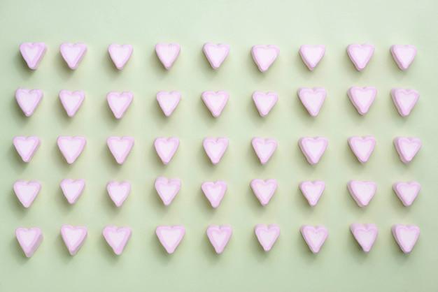 Valentijnsdag snoep harten marshmallows over groene achtergrond