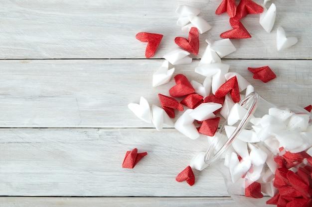 Valentijnsdag symboliseert liefde papier hart in glazen fles