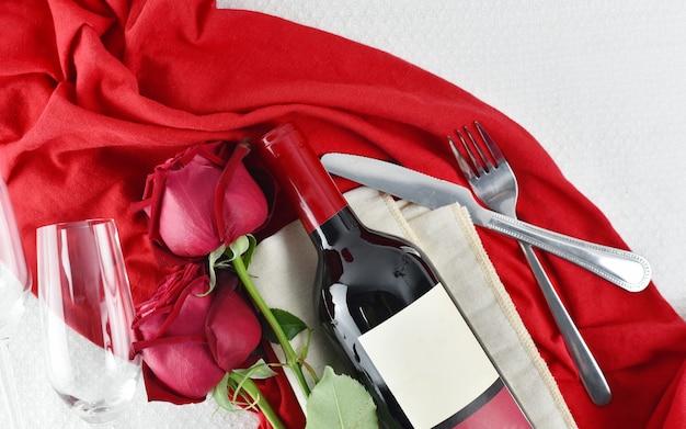Valentijnsdag tabel met champagneglazen en rode rozen