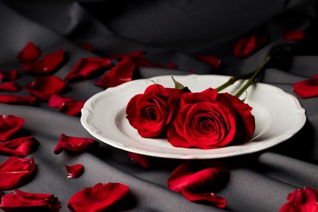 Valentijnsdag tafel met rozen en plaat