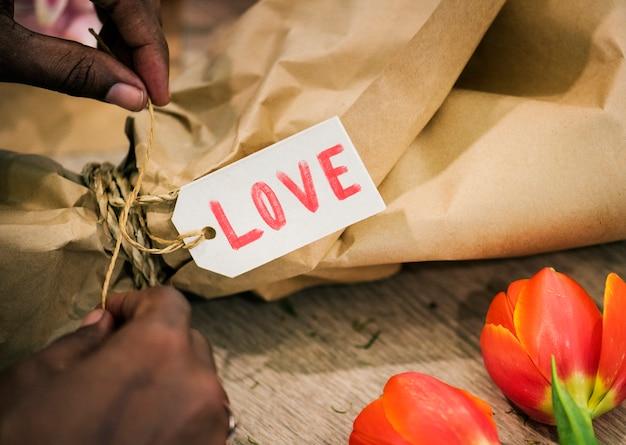 Valentijnsdag-tag op een cadeau