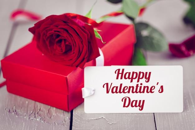 Valentijnsdag tah met cadeau en rode roos