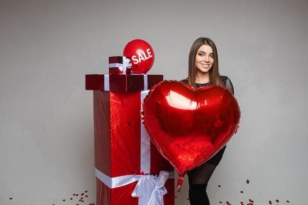 Valentijnsdag vakantie verkoop, jong meisje met hartvormige ballon
