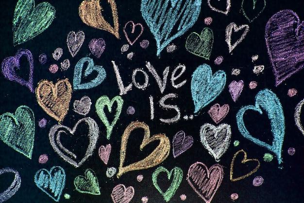 Valentijnsdag. valentijnsdag wenskaart. hart op een houten achtergrond. hart van liefde.