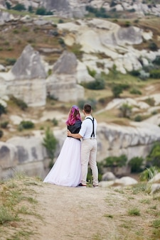 Valentijnsdag verliefde paar in natuur knuffels en kusjes, man en vrouw houden van elkaar.