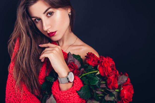 Valentijnsdag. vrouw met boeket van rode rozen. mooi meisje ontving romantisch cadeau. bloemen bezorgen