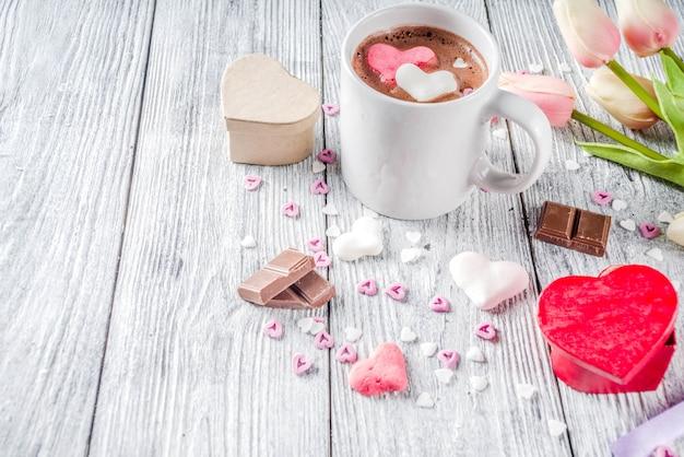 Valentijnsdag warme chocolademelk met marshmallow harten