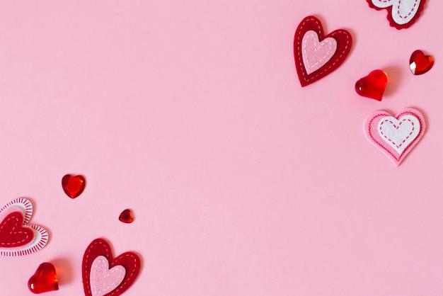 Valentijnsdag wenskaart concept. frame van harten op roze