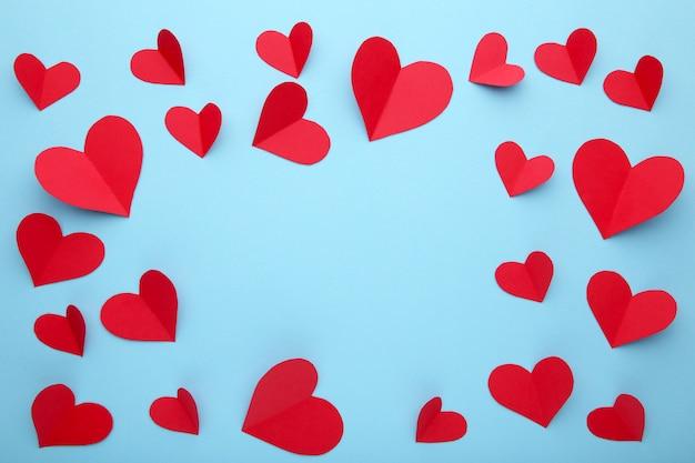 Valentijnsdag wenskaart. handmaded rode harten op blauwe achtergrond.