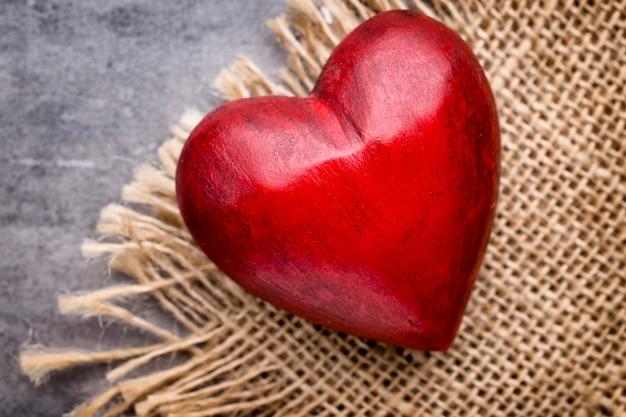 Valentijnsdag wenskaart. hart op een houten achtergrond.