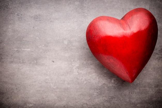 Valentijnsdag wenskaart. hart op een houten tafel.