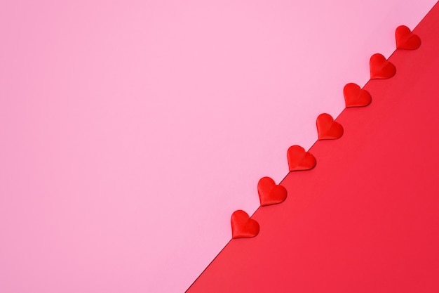 Valentijnsdag wenskaart lay-out met rode harten op roze en rode achtergrond. feestelijke bruiloft achtergrond.