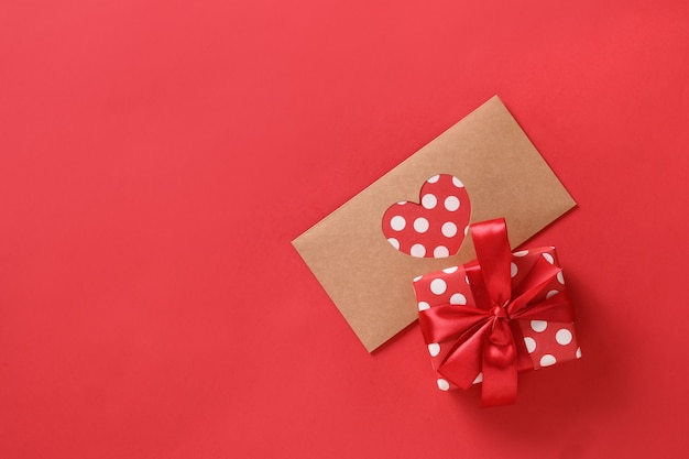 Valentijnsdag wenskaart met cadeau en liefdesbrief