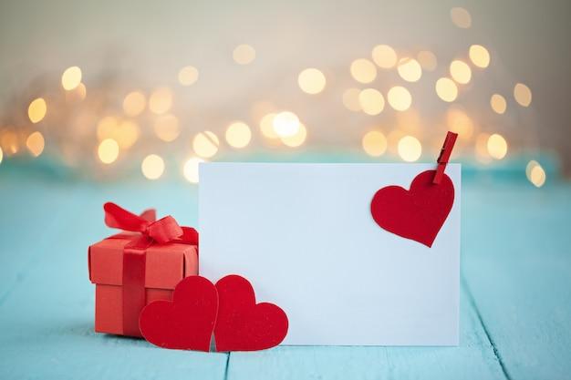 Valentijnsdag wenskaart met een rood hart en ruimte voor tekst en rood vak