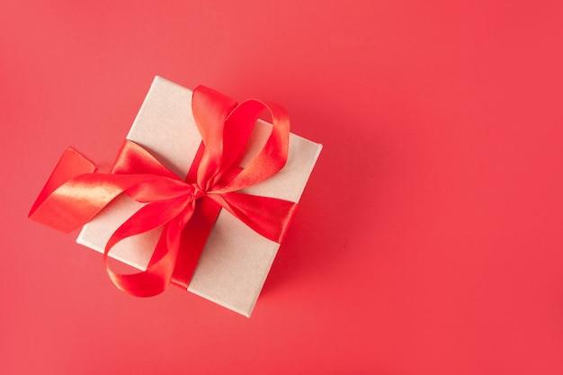 Valentijnsdag wenskaart met geschenkdoos op rood