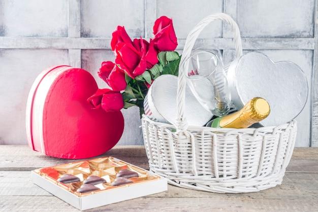 Valentijnsdag wenskaart met geschenken in de mand