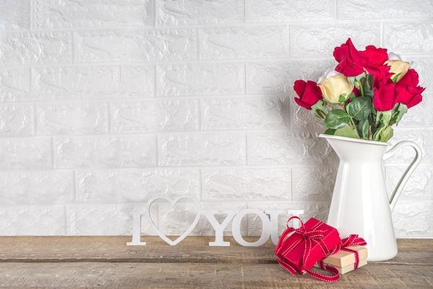 Valentijnsdag wenskaart met roze bloemen en geschenkverpakkingen,
