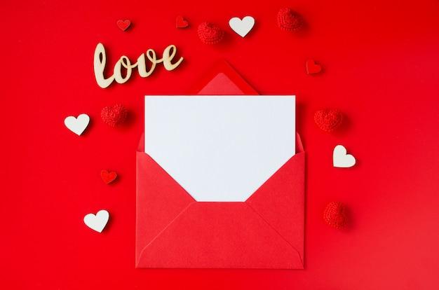 Valentijnsdag wenskaart. rode envelop met lege kaart. bovenaanzicht met ruimte voor uw groeten.