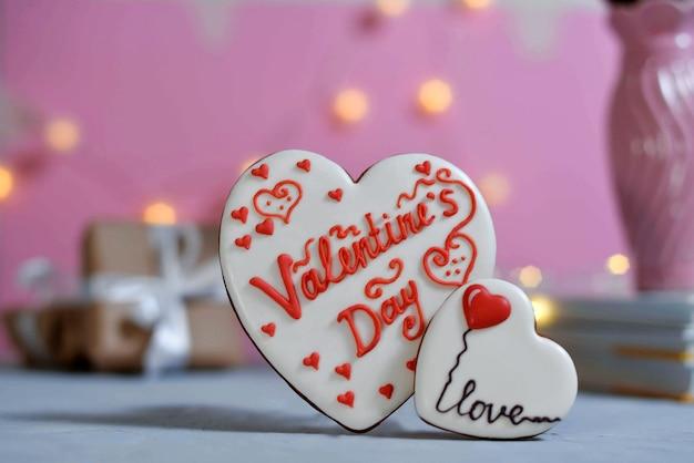 Valentijnsdag zelfgemaakte koekjes op ultimate grey achtergrond bedekt met glazuur met een prachtig patroon peperkoek.