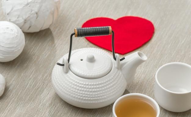 Valentijnsdagverrassing voor koppel. romantisch theeservies met rood hart