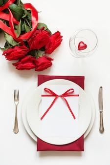 Valentijnsdiner. romantische lijst die met rode rozen plaatst. uitzicht van boven.
