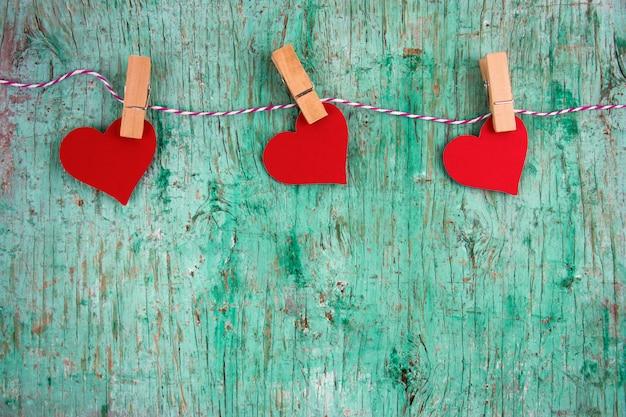 Valentijnskaartendocument harten die op een koordlijn hangen